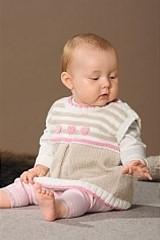 Baby-Kleider gestrickt mit Wolle und Garn von Schoeller + Stahl